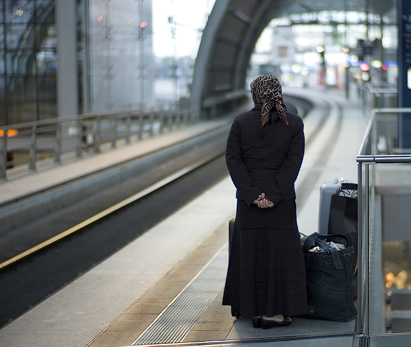 2007-07-woman-with-headscarf-at-train-station
